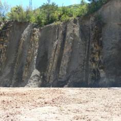 17 Estratos-verticales-Fm-Belsué-Atarés-Puente-del-río-Basa  en Sabiñánigo. (4ª parada)