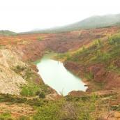 Laguna formada al llegar la extracción minera al acuífero