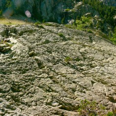 27.- Monzogranito con diques y marcas del glaciar