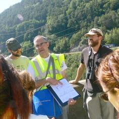 07.- Juan Pablo enseñando la equivalencia de las formaciones geológicas en el Prepirineo