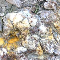 Yesos con impurezas rojo óxidos de hierro, amarillos hidróxidos de hierro, negro materia orgánica